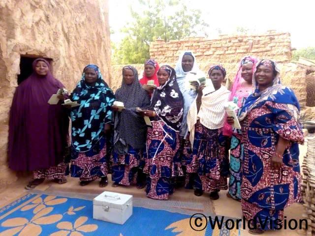 마을 저축모임에 참여하는 주민들이 모여 수익금을 나누고 있습니다.년 사진