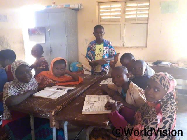 교내 독서 클럽 학생들이 독서 모임을 하고 있습니다.년 사진