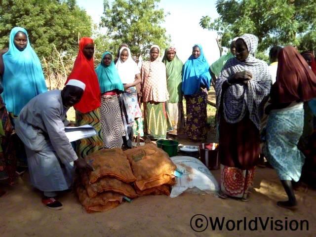 월드비전이 유엔식량농업기구와 함께 지역사회 농부들에게 종자를 지원했습니다. 월드비전은 농부들을 지원해 각 가정의 식량과 영양 상황이 좋아지고 여성들의 수입이 증가하도록 돕습니다.년 사진