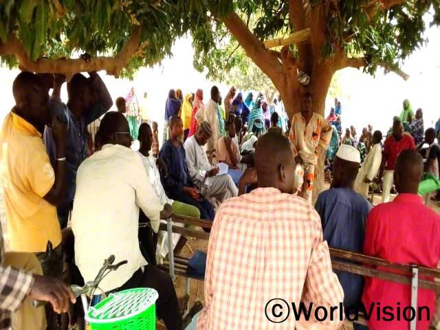 마을 주민들은 쾌적하고 안전한 마을을 만들기 위해 위생교육을 받고 있습니다.년 사진