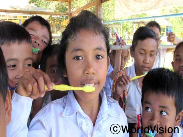 친구와 함께 월드비전에서 주최하는 건강의식개선 활동에 참가한 이후로 충치가 없어졌어요. -스리핀(10세)년 사진