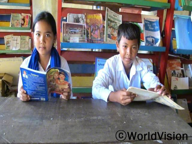 전에는 책을 통해서 연구하거나 새로운 것을 배울 수 없었는데, 이제는 도서관이 생겼어요. 책 읽기는 재미있고, 유익하고, 우리에게 정말 중요한 것이에요. 지타 (12, 왼쪽)년 사진