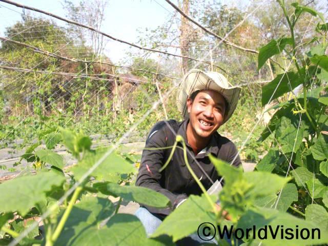 월드비전에서 농업기술 교육을 받고 나서, 채소를 더 잘 기르고 있어요. 텃밭 농사를 하며 생계를 유지할 수 있어 좋아요. - 터치 (28세)년 사진