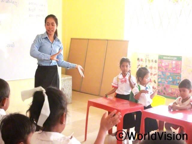 월드비전이 마을에 유치원을 지어주었어요. 덕분에 아이들은 집 근처 유치원에 나와 꾸준히 수업을 들으며 공부한답니다. 정말 기뻐요. -테인 (23세, 교사)년 사진