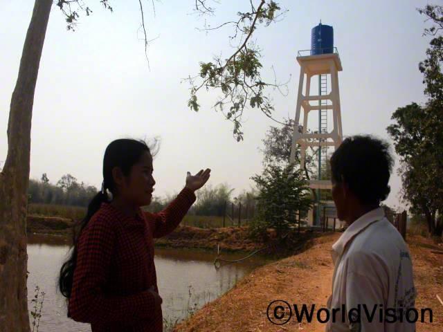 마을 내 112 가정에 수도가 연결되어 너무 기뻐요. 깨끗한 물을 쉽게 얻고, 물 긷는 데 걸리던 시간도 아낄 수 있어요. - 소바나 (39세, 수도설치위원회 회원)년 사진