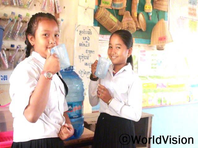 월드비전에서 학교에 수도를 설치해 준 덕분에 학교에서도 깨끗한 물을 마실 수 있어요. 정말 기뻐요. - 스레이(10세, 왼쪽) & 리다(11세, 오른쪽)년 사진