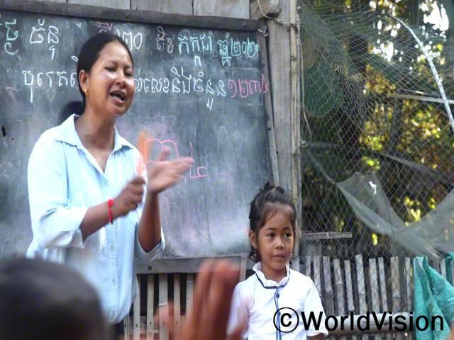 """""""월드비전의 도움으로 아이들의 입학률이 점차 높아지고 부모님들도 아이 교육에 많은 관심을 기울이고 있어 정말 기쁩니다."""" -메타(33세, 유치원 교사)년 사진"""