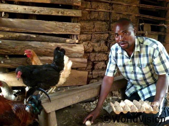 너무 감사하게도 월드비전에서 지원해주신 50마리의 닭으로 우리는 단백질이 풍부한 계란을 아이들에게 줄 수 있게 되었고 아이들의 교육과 생활이 가능하게 되었어요. 이제는 돈을 벌면서 살고 있어요. -헨리년 사진