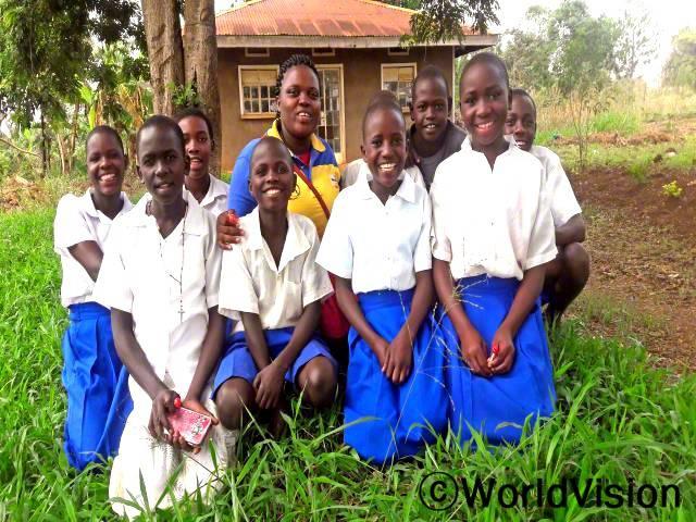 우간다 키지란품비 지역개발사업장 팀장인 나이스 아캄프웨라와 함께 있는 아동들입니다.년 사진