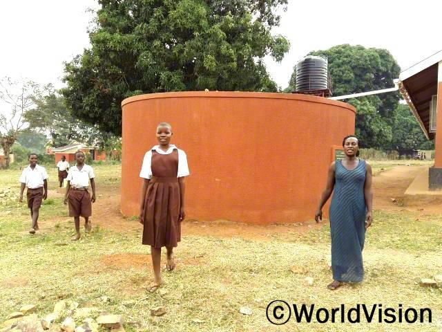 학교에 물이 생겼어요. - 조이스(14세, 7학년) 월드비전은 학교에 물탱크를 지원하여 아동들이 학교에서 깨끗하고 안전한 물을 사용할 수 있게 도왔습니다.년 사진