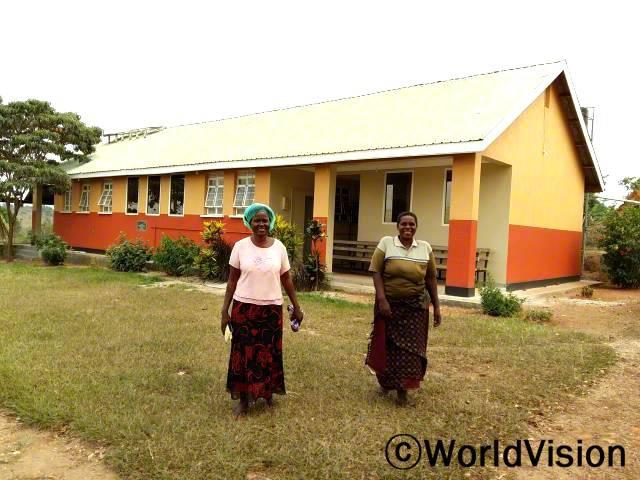 마을 보건소 건물을 보수했어요. - 콘스탄스(오른쪽) 주민들이 마을 안에서 의료혜택을 받을 수 있도록 월드비전이 보건소 건물 보수사업을 지원했습니다.년 사진