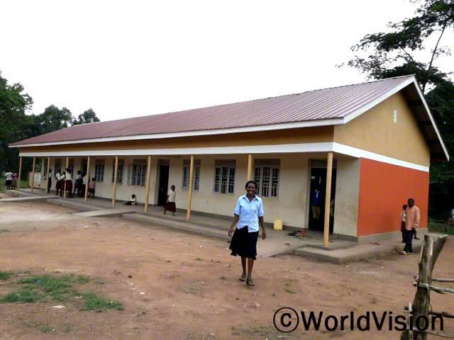 """월드비전은 교육환경을 개선하기 위해서 학교에 교실을 추가로 설치했습니다. """"저희 아이들은 이제 안전하고 깨끗한 교실에서 수업을 들을 수 있게 되었습니다."""" -주디스(학교 선생님)년 사진"""