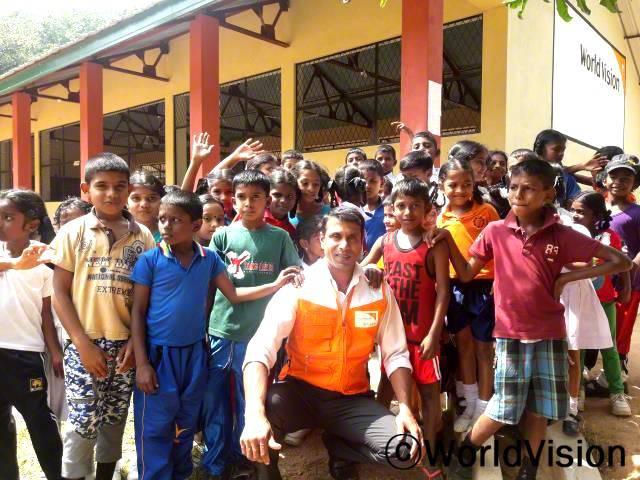 스리랑카 비빌리 지역개발사업장 팀장 펠릭스 래스너세케라 씨와 비빌리 지역사회 아동들의 모습입니다.년 사진