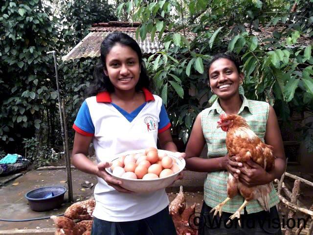 """""""저체중이었던 딸에게 계란을 먹일 수 있도록 암탉 10마리를 지원 받았었어요. 지금은 아이의 체중도 늘고, 월드비전으로부터 닭장과 암탉 50마리를 더 지원받았어요. 지역사회의 달걀수요도 높아서 저희 가족에게 새로운 수입원이 생겼어요."""