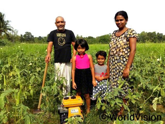 """""""양수기를 지원 받은 후부터는 가뭄에도 걱정할 게 없어요. 예전에는 용수가 부족해서 작물들이 자주 죽곤 했는데, 이제는 이 양수기 덕분에 채소밭에 물을 댈 수 있어서 안심이에요"""" -난다나(43세)년 사진"""