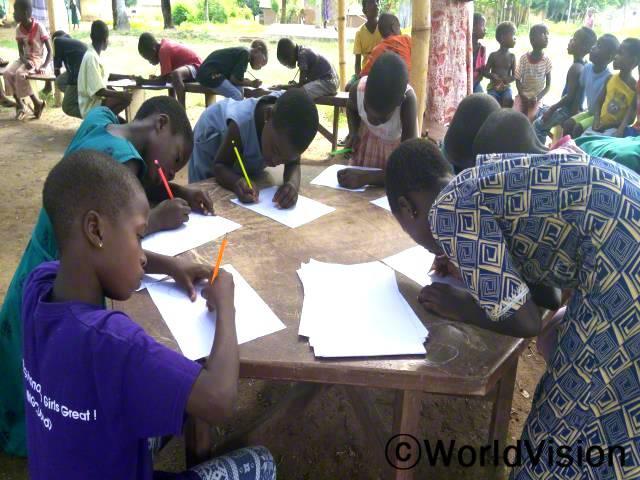 월드비전이 지역 내에서 주최하는 방과후 읽기 모임에 참석하여 읽기와 쓰기를 배우는 아동들입니다.년 사진