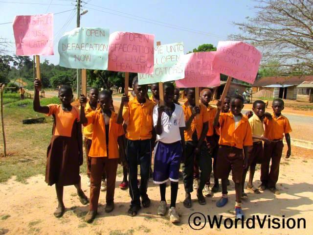 """""""세계 화장실의 날을 맞이하여 행진에 참여했어요. 지역주민들에게 깨끗한 위생관리에 대해 알려줄 수 있어서 기뻐요."""" ?아동(13세)년 사진"""