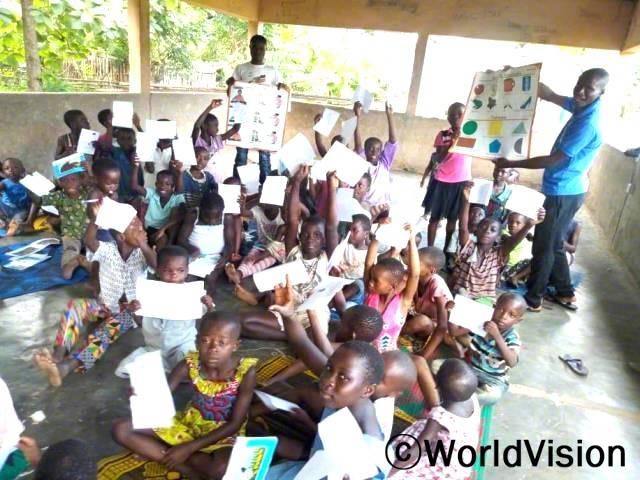 아이들이 방과 후 독서교실에 참여하고 있습니다. 독서교실 덕분에 저학년 아이들의 읽기 능력이 많이 향상됐습니다.년 사진