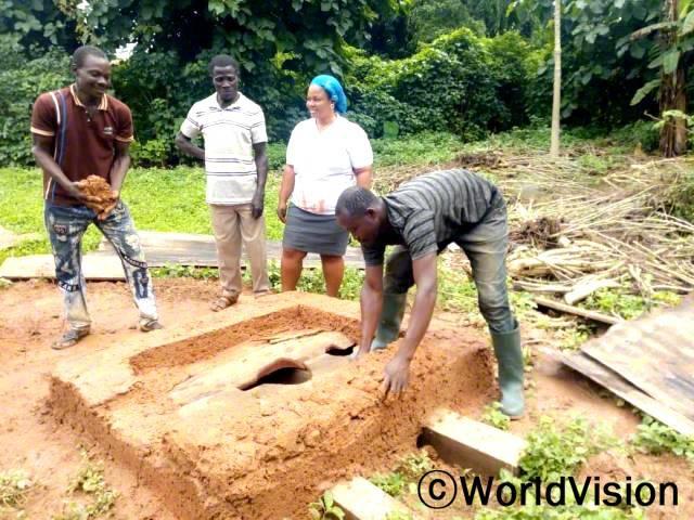 건축가인 다니엘(42세)은 월드비전의 교육을 받은 후 마을에 많은 화장실을 설치하였습니다. 덕분에 마을이 전보다 깨끗해졌습니다.년 사진