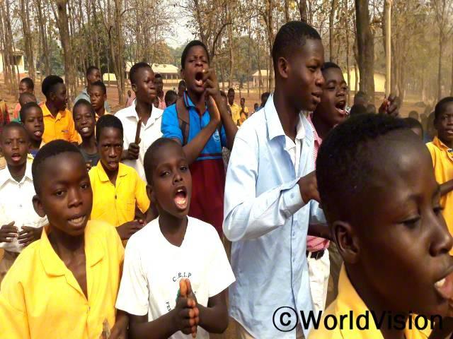 아동모임에서 조혼 방지 교육을 받은 아이들이 거리로 나와 조혼이 얼마나 해로운 영향을 주는지에 대해 노래하며 지역사회의 인식을 높였습니다.년 사진