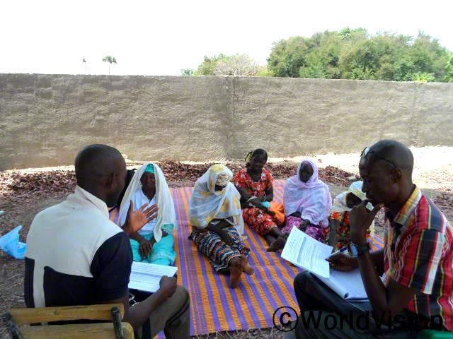 빈타(가운데)가 다른 엄마들과 함께 아동학습을 높이는 읽기클럽의 중요성을 이야기하고 있어요.년 사진