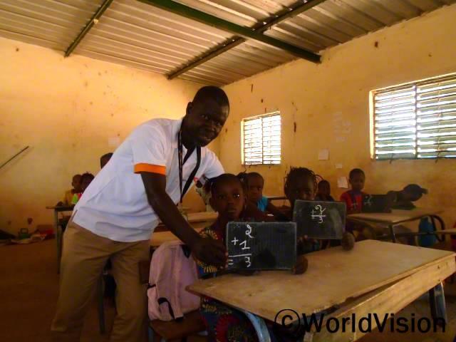 세네갈 퐁고 지역개발사업장 팀장 줄스 찰스 아다마 마네씨와 지역사회 아동들의 모습입니다.년 사진