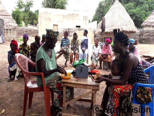 저희 마을에서는 경제적인 활동을 위해 여성들이 모이는게 힘들었어요. 저축그룹이 생기면서 저는 제 아이들의 건강을 지키고 교육을 받을 수 있는 활동을 하게 되었어요. -하와(엄마, 물방울 무늬 상의를 입은 여성)년 사진