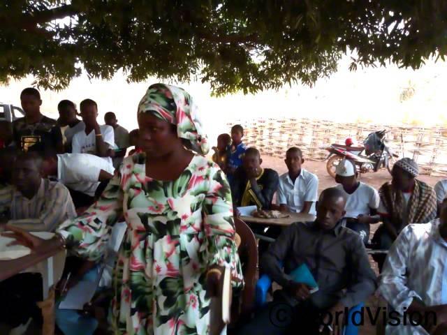 마을 주민들은 교육을 통해 여성 할례가 어떤 결과를 초래하는 지 인식합니다.년 사진