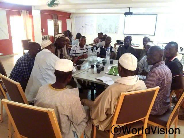 마을 지도자들이 세계관 강화 교육을 받고 있습니다.년 사진