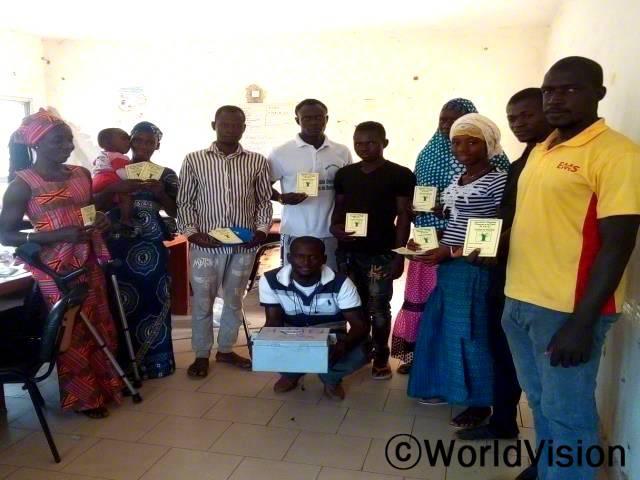 마을 주민들은 월드비전의 저축모임에 참여해 저축하는 법을 배우고 있습니다.년 사진