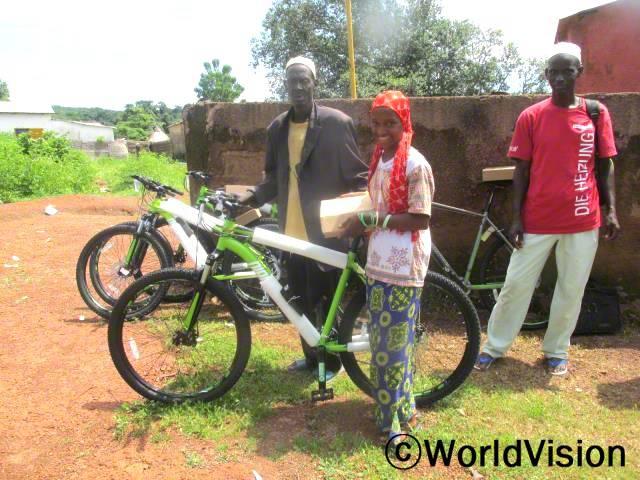 중간에 있는 학생은 매일 학교까지 등하교해야 하는 거리가 너무 멀어서 고등학교를 중퇴하려 했었습니다. 학생의 등하교 시간을 줄여주기 위해 새 자전거를 선물했습니다.년 사진