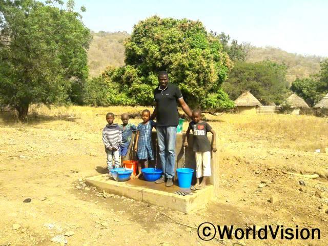 세네갈 톰보론 지역개발사업장 팀장 마샬 쿠만 은디오네씨와 지역아동들의 모습입니다.년 사진