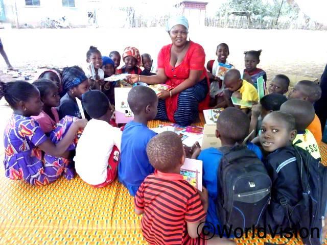 아동의 독서능력 발달을 독려하기 위한 독서교실이 열렸습니다. 14개의 독서교실에서 28명의 자원봉사자가 활동하고 있고, 아동 2,708명이 등록하여 독서능력을 기르고 있습니다.년 사진