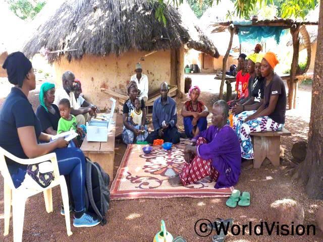 저축모임 회원들은 매주 정기 회의를 통해서 저축금을 나누고 있습니다.년 사진