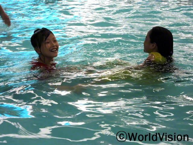 우리 지역에서는 아동이 익사하는 사고가 많아 큰 문제였어요. 수영 수업을 받은 후, 위험한 상황에서 제가 저와 제 친구들을 보호할 수 있다는 자신감이 생겼어요. -투 하우(12세, 왼쪽)년 사진