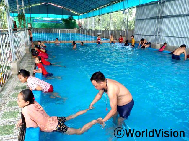 수영할 줄 몰랐을 때 마을에서 익사사고가 많이 발생했어요. 월드비전에서 아동 수영 교실을 열어주어서안전하게 수영하는 법도 배웠고, 예전보다 훨씬 건강해졌어요. - 은곡(15세)년 사진