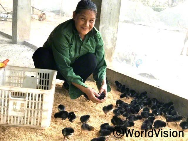 """""""월드비전의 도움으로 65마리의 닭을 지원받아 이제는 저희 가족의 끼니를 더 잘 챙길 수 있게 되었어요."""" –딘 티 응우(60세)년 사진"""