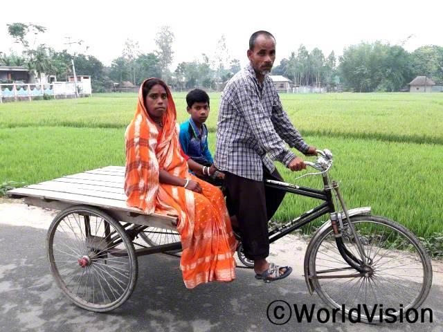 풀쿠마르씨와 그의 아내 그리고 아들은 새로운 릭샤를 통해 취약가정들이 수입을 얻을 수 있게 되어 행복해요.년 사진