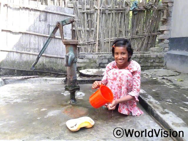 예전에 우리는 위생적인 화장실 시설이 없었어요. 월드비전의 도움으로, 우리는 위생 시설을 지원받았어요. 그 결과, 우리는 수인성 질병에서 이제 자유롭답니다. -자나툰(11세)년 사진