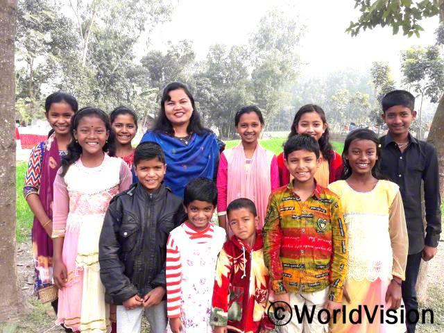 방글라데시 카하롤 지역개발사업장 팀장 메노카 씨와 아동들의 모습입니다.년 사진