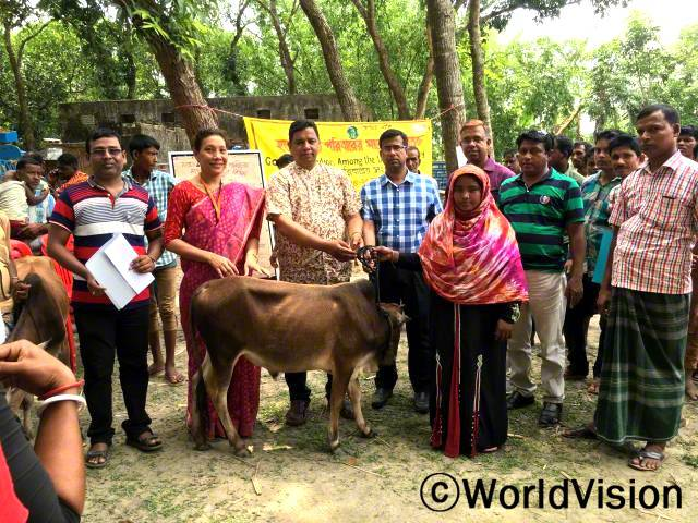 저는 월드비전 방글라데시 지부로부터 가축 기르는 법과 소들을 살 찌우는 법을 배우고, 황소도 지원받았어요. 이제 수입이 늘고 가족들을 잘 부양할 수 있을거예요. 후원아동의 엄마 슐리(26세)가 말했습니다.년 사진