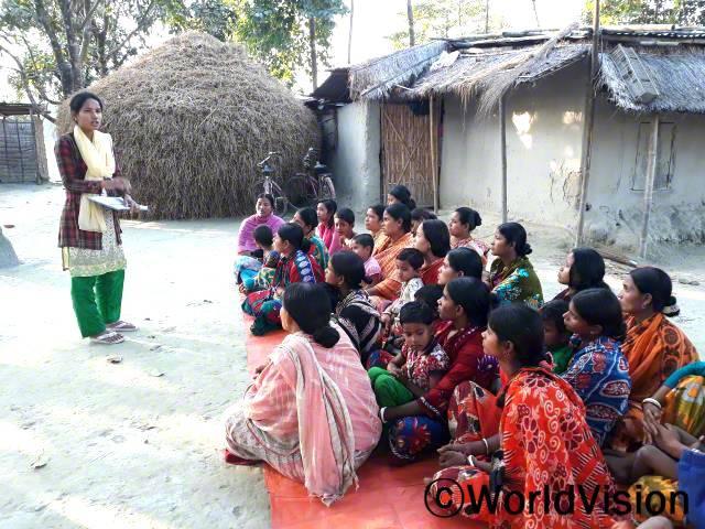 마을 부모들이 아동-후원자 결연에 관한 설명을 듣고 있어요.년 사진