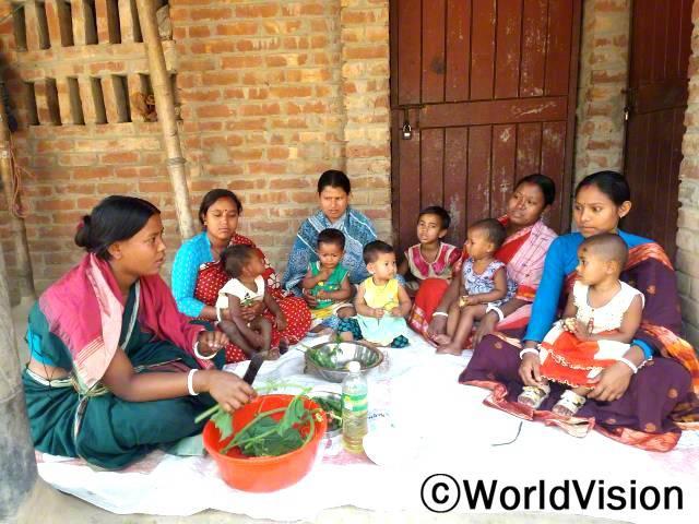 마을 어머니들이 영양실조 회복프로그램에 참여하여 어떻게 하면 마을에서 구할 수 있는 재료로 영양가 있는 식사를 만들 수 있는지 배워요.년 사진