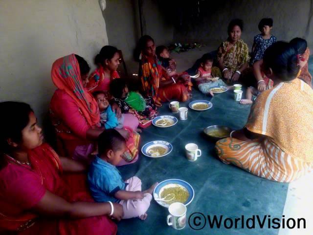 어머니들은 12일 동안 아이들의 영양실조 감소를 위한 '영양 식습관 교육'을 받았습니다. 이제 아이들은 영양가 있는 음식을 먹으며 건강하게 지낼 수 있게 되었습니다.년 사진