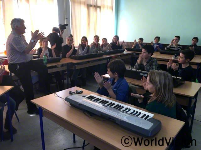100명 이상의 아동들이 음악 활동에 참여하였습니다. 영국에서 봉사활동으로 온 두 명의 교수님은 아동들에게 노래와 악기 그리고 리듬 만들기 등을 가르쳐줬습니다.