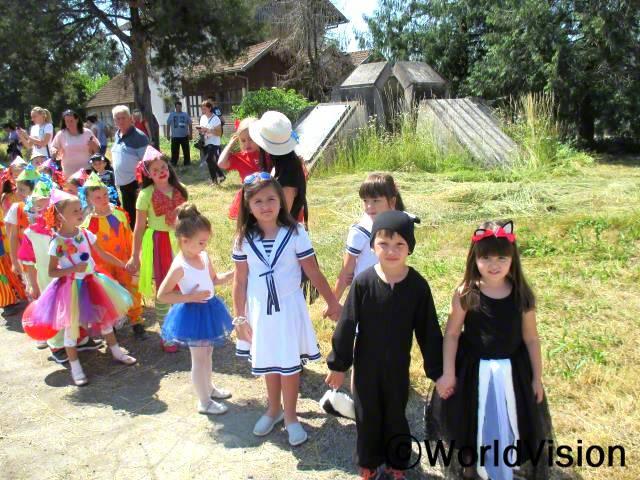 150명의 아동들은 방학을 앞두고 커스튬 파티에 참가했습니다. 월드비전은 아동들의 창의력 향상 도모하고 생활기술을 즐겁게 배우도록 격려하기 위해 해당 활동을 지원하였습니다.