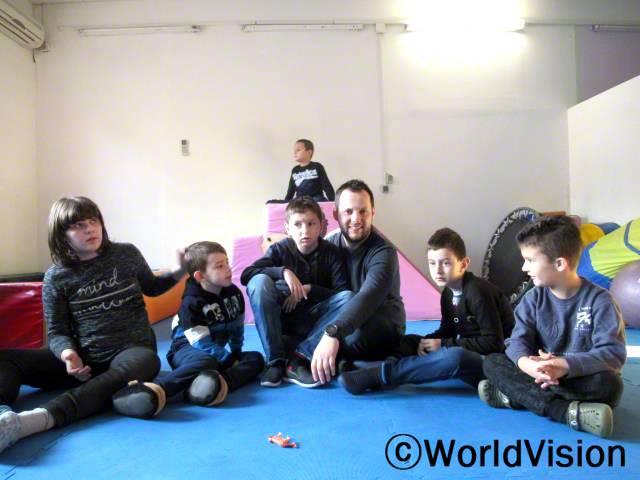 보스니아 오즈렌 지역개발사업장 팀장인 미르자 씨와 지역사회 아동들입니다.년 사진