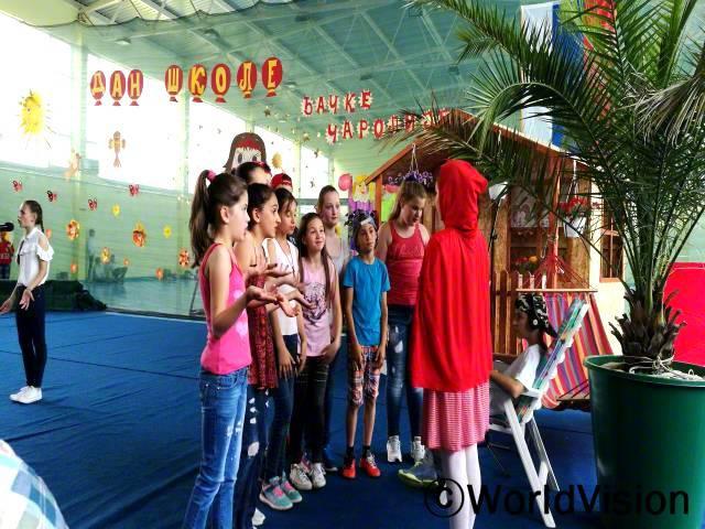 월드비전이 저희 오즈렌 지역개발사업장의 초등학교에서 개최하는 학교 행사를 후원해줬어요. 부모님들과 가족, 그리고 관계자들과 방문객들 앞에서 우리 6학년들이 연극을 보여주게 되어 신나요. 라라(12세)가 말했습니다.년 사진