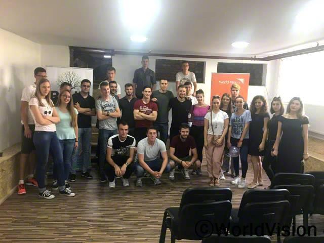 월드비전은 오즈렌 지역개발사업장의 청년그룹에게 공간을 제공하고 젋은 청년들이 유용하게 사용할 수 있게 지원했습니다. 이제, 청년들은 청년센터에서 여러 워크숍을 개최하고, 교육도 받고, 외국어 공부도 하고 IT 지식도 쌓습니다.년 사진