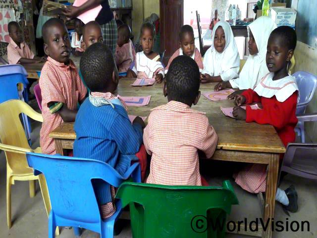 마을에서 가장 어려운 가정은 소득이 적어 아이들이 학교에 다니지 못했어요. 그런데 월드비전에서 이 아이들에게 학비와 학용품을 지원해주어서 지금은 학교에 잘 다니고 있답니다. 감사합니다. - 벳사마년 사진